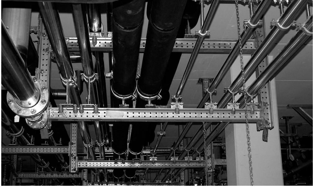 Rohrleitungsmontage am Trägersystem Simotec